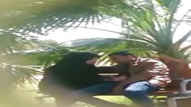 Indian muslim chick doing handjob to her BF in a park