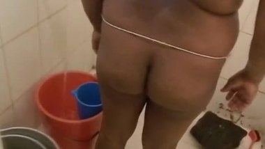 My hot aunty bathing and exposing her ass