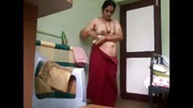 Desi mom(maa) wearing saree