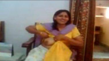 Delhi aunty showing big boobs to neighbor