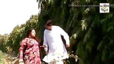 Desi Bhabhi has funny affair in fields