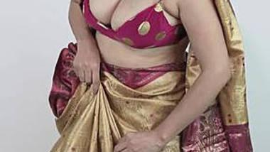 big boob aunty wearing sari showing huge hanging boobs and navel