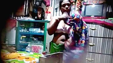 Desi Bhabi Remove Nighty and Bra Oiling Her Body Hot Hiden Capture