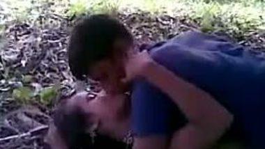 Indian teen girl enjoys threesome sex outdoors!