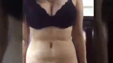 Desi cute girl show her big boob