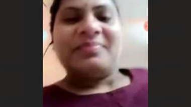 Sexy Desi Bhabhi Showing Her Boobs